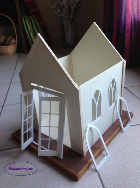 Début du montage de la cabane faite en carton bois