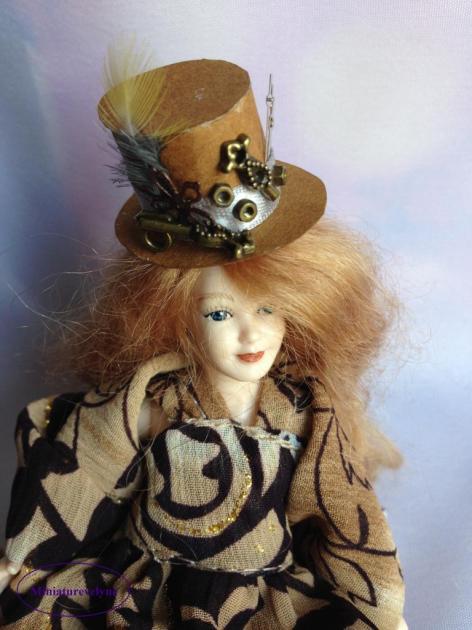 Scarlett et son chapeau de style Steampunk
